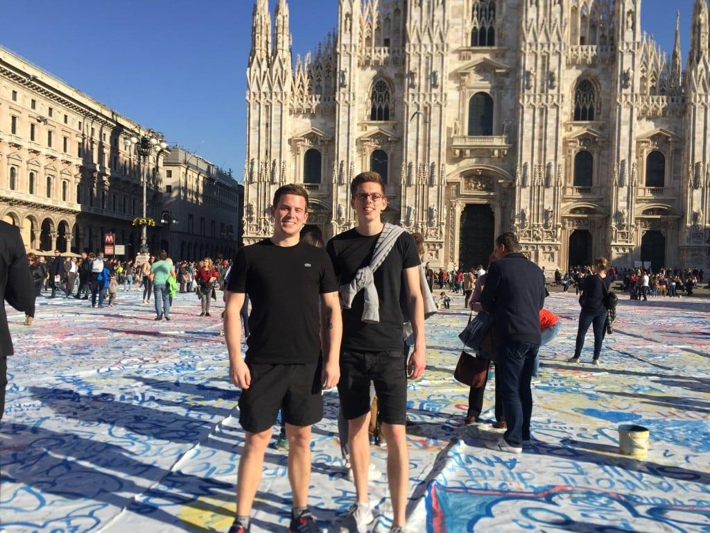 Foran Duomoen i Milano